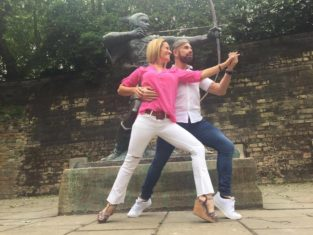 m¡longa dancers Claudio Gonzales and Julia Urruty posing with the famous Robin Hood statue outside Nottingham Castle.